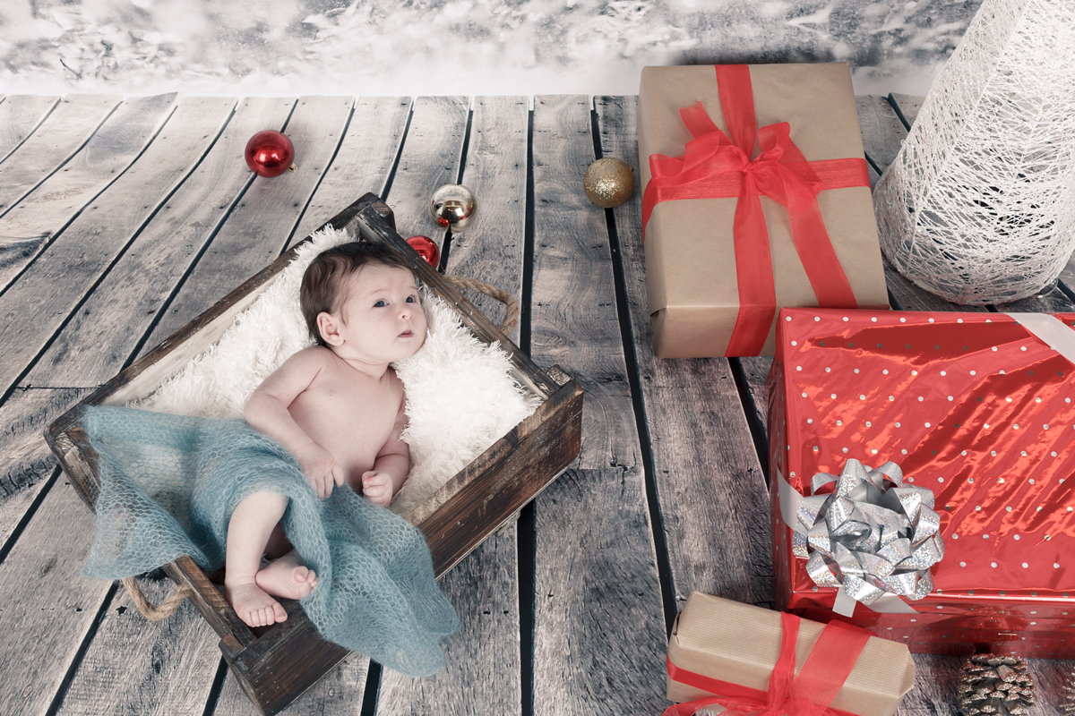 Reportajes de Navidad newborn en Vitoria-Gasteiz con motivo navideño