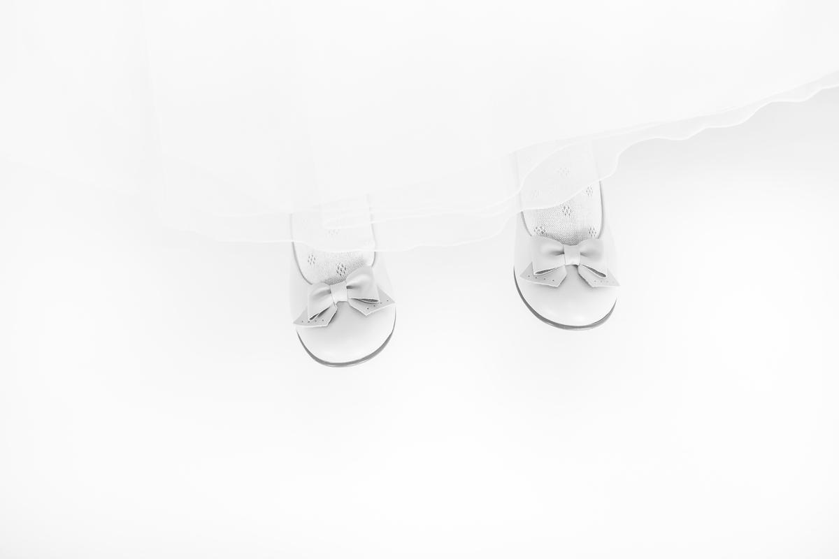 Fotografía de estudio Primera Comunión en Vitoria-Gasteiz. Fotografía detalle comunión Iraia. Zapatos.